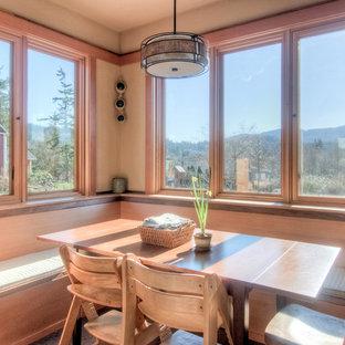 Imagen de comedor de cocina de estilo americano, de tamaño medio, sin chimenea, con paredes beige, suelo de cemento y suelo gris