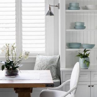 Idee per un angolo colazione nordico di medie dimensioni con pareti bianche, pavimento in legno massello medio, pavimento marrone, soffitto a cassettoni e boiserie