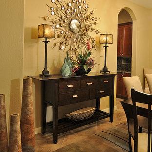 На фото: столовая в стиле неоклассика (современная классика)