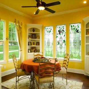 Esempio di una sala da pranzo chic chiusa e di medie dimensioni con pareti gialle, parquet scuro e nessun camino