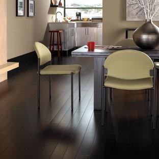 Ispirazione per una grande sala da pranzo aperta verso la cucina chic con pareti beige e pavimento in laminato