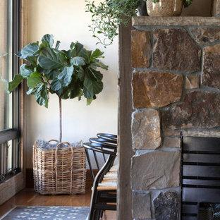 Idéer för att renovera en mellanstor rustik separat matplats, med mellanmörkt trägolv, en standard öppen spis, en spiselkrans i sten och vita väggar