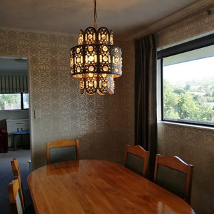 Выдающиеся фото от архитекторов и дизайнеров интерьера: отдельная столовая среднего размера в современном стиле с серебряными стенами, ковровым покрытием и зеленым полом