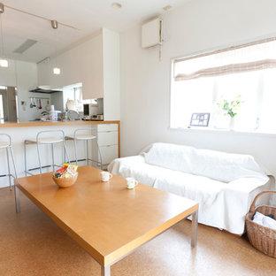 Esempio di una sala da pranzo aperta verso il soggiorno di medie dimensioni con pareti bianche, pavimento in sughero e nessun camino