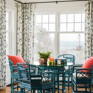 Cette image montre une salle à manger victorienne avec un mur blanc et un sol en bois brun.