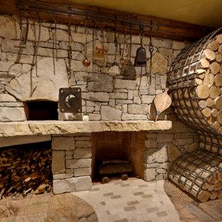 Diseño de comedor de cocina rústico, grande, con paredes amarillas, suelo de mármol, estufa de leña y marco de chimenea de ladrillo