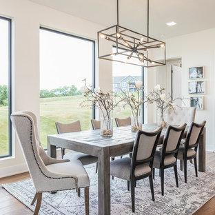 Ispirazione per una sala da pranzo aperta verso la cucina tradizionale di medie dimensioni con pareti bianche, pavimento in legno massello medio, nessun camino e pavimento marrone