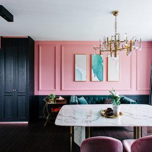 Eklektisk inredning av en matplats, med rosa väggar, mörkt trägolv och brunt golv