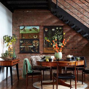 Imagen de comedor industrial, abierto, con suelo de madera en tonos medios y paredes rojas