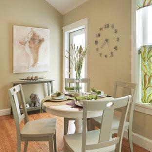 Foto di una sala da pranzo aperta verso la cucina minimal di medie dimensioni con pareti beige, pavimento in legno massello medio, nessun camino e pavimento marrone