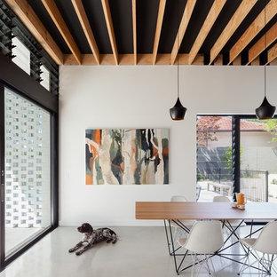 シドニーのコンテンポラリースタイルのおしゃれなLDK (白い壁、ルーバー天井、黒い天井) の写真