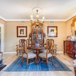 Idee per una sala da pranzo tradizionale chiusa e di medie dimensioni con pareti beige, pavimento con piastrelle in ceramica e nessun camino
