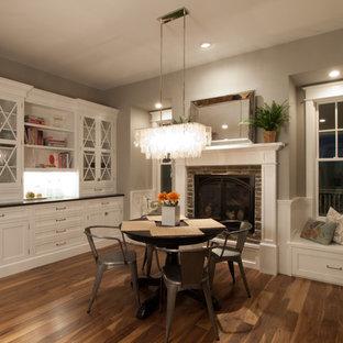 Cette photo montre une salle à manger chic avec un manteau de cheminée en brique.