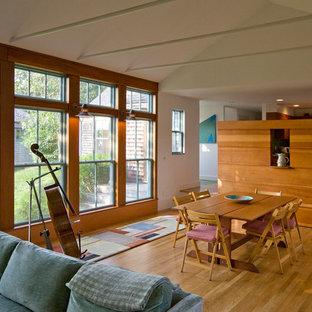Foto de comedor campestre, abierto, con paredes beige, suelo de madera en tonos medios y suelo marrón