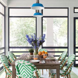 Immagine di una sala da pranzo aperta verso il soggiorno stile marinaro di medie dimensioni con pareti rosse, nessun camino e pavimento verde