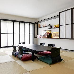 Cette photo montre une salle à manger asiatique fermée avec un mur blanc, un sol de tatami, aucune cheminée et un sol beige.