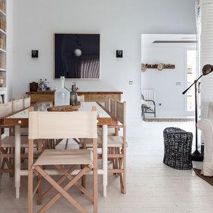 Esempio di una grande sala da pranzo nordica chiusa con pareti bianche, pavimento in legno verniciato e nessun camino