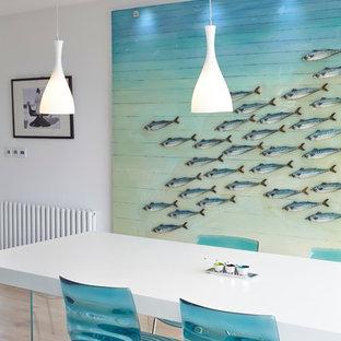 Idee per una sala da pranzo stile marino con pareti bianche e parquet chiaro