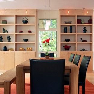 Imagen de comedor moderno, de tamaño medio, abierto, sin chimenea, con paredes blancas, suelo de bambú y suelo beige