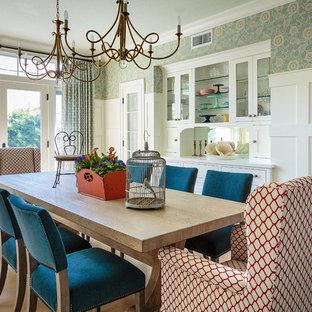 Imagen de comedor de cocina costero, grande, sin chimenea, con paredes azules, suelo de madera clara y suelo marrón