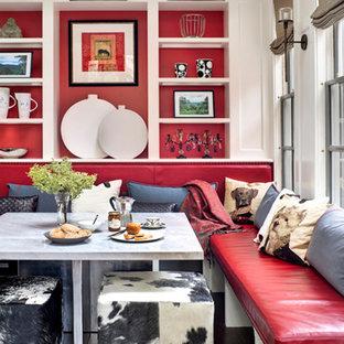 Inspiration pour une grande salle à manger ouverte sur la cuisine traditionnelle avec un mur rouge et un sol en bois foncé.