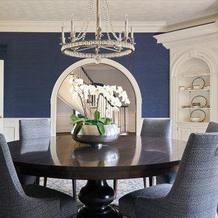 Esempio di una sala da pranzo tradizionale chiusa con pareti blu, pavimento in legno massello medio, pavimento marrone, boiserie e carta da parati