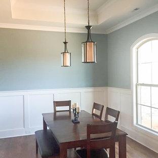 Foto di una sala da pranzo tradizionale di medie dimensioni con pareti multicolore, pavimento in legno massello medio e pavimento marrone