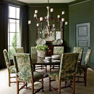 Foto di una sala da pranzo chic con pareti verdi e pavimento beige