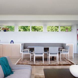 Imagen de comedor contemporáneo, pequeño, abierto, con paredes blancas y suelo de madera clara