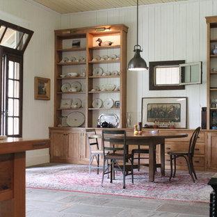 Ejemplo de comedor de cocina campestre, grande, con paredes blancas y suelo de pizarra