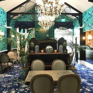Ispirazione per una sala da pranzo aperta verso la cucina vittoriana con pareti multicolore, moquette, nessun camino e pavimento blu