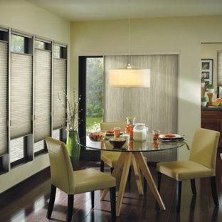 Idee per una piccola sala da pranzo aperta verso il soggiorno etnica con pareti beige, pavimento in legno massello medio e pavimento marrone