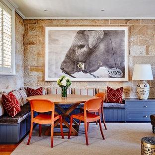 Diseño de comedor de estilo americano, abierto, con paredes beige y suelo de madera en tonos medios