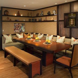 Inspiration pour une salle à manger ouverte sur la cuisine asiatique de taille moyenne avec un mur marron, un sol en bois clair, une cheminée standard et un sol marron.