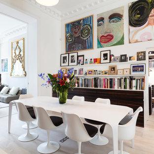 Foto de comedor contemporáneo con paredes blancas y suelo de madera clara