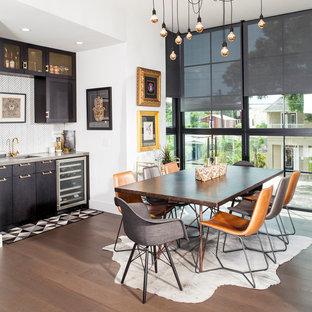 Пример оригинального дизайна: столовая в стиле лофт с белыми стенами и паркетным полом среднего тона без камина