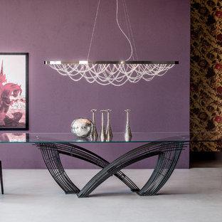 Imagen de comedor ecléctico, grande, abierto, con paredes púrpuras, suelo de cemento y suelo beige
