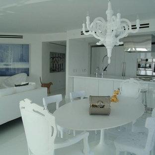 Ejemplo de comedor contemporáneo, de tamaño medio, abierto, sin chimenea, con paredes blancas, suelo de mármol y suelo blanco