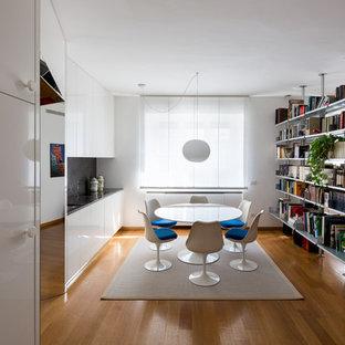 Ispirazione per una sala da pranzo aperta verso il soggiorno design di medie dimensioni con pareti bianche, parquet chiaro, nessun camino e pavimento marrone