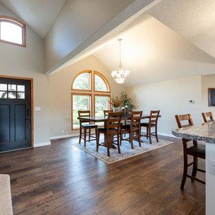 中くらいのトランジショナルスタイルのおしゃれなLDK (白い壁、無垢フローリング、茶色い床、三角天井) の写真