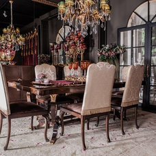 Traditional Dining Room by By Kepi