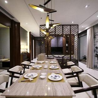 他の地域の中サイズのアジアンスタイルのおしゃれなダイニングキッチン (ベージュの壁、磁器タイルの床、暖炉なし) の写真