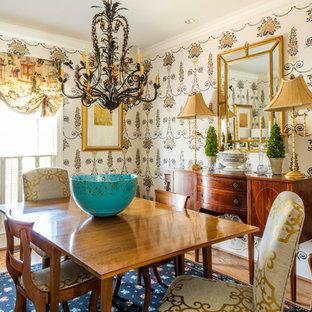 Immagine di una sala da pranzo tradizionale con pareti multicolore e pavimento in legno massello medio