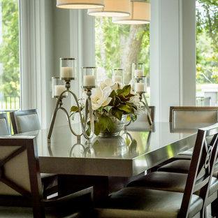 Immagine di una sala da pranzo aperta verso il soggiorno classica di medie dimensioni con pareti grigie, pavimento in gres porcellanato e pavimento marrone