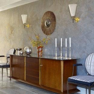 Geräumiges, Offenes Modernes Esszimmer mit grauer Wandfarbe, Kalkstein, Kamin und Kaminsims aus Metall in New York
