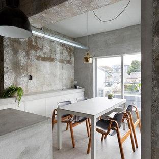 Inspiration för små industriella kök med matplatser, med grå väggar och betonggolv