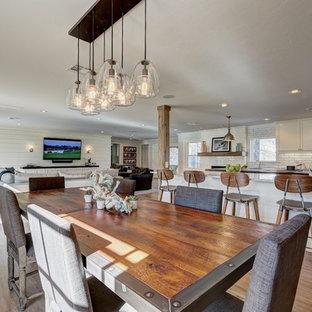Diseño de comedor tradicional renovado, de tamaño medio, abierto, con paredes blancas y suelo de madera en tonos medios