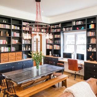 Inspiration för stora industriella matplatser med öppen planlösning, med vita väggar, ljust trägolv och brunt golv
