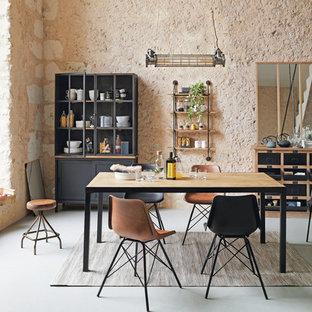 Foto di una sala da pranzo mediterranea di medie dimensioni con pareti arancioni e pavimento grigio