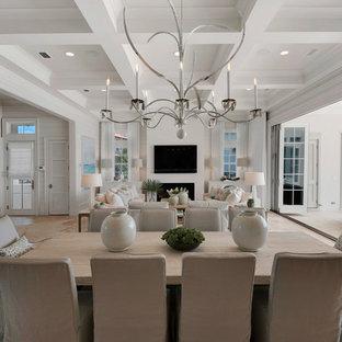 Cette image montre une très grand salle à manger marine avec un mur blanc et un sol en travertin.